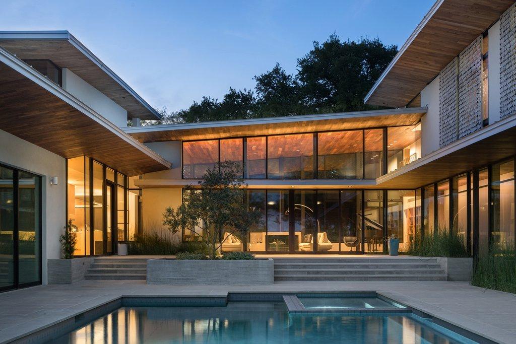 Bài toán kiến trúc của ngôi nhà là khám phá sự tích hợp của cuộc sống trong nhà và ngoài trời