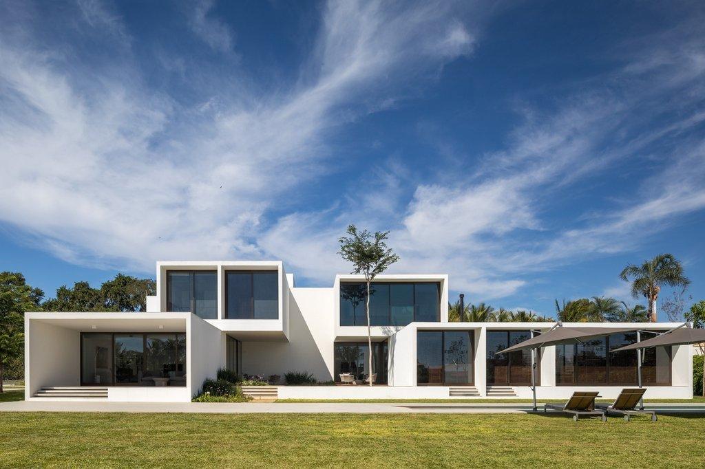 Biệt thự trắng House of Courtyards tại Brazil