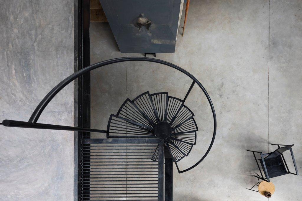 Cầu thang được thiết kế như một tác phẩm điêu khắc kết nối