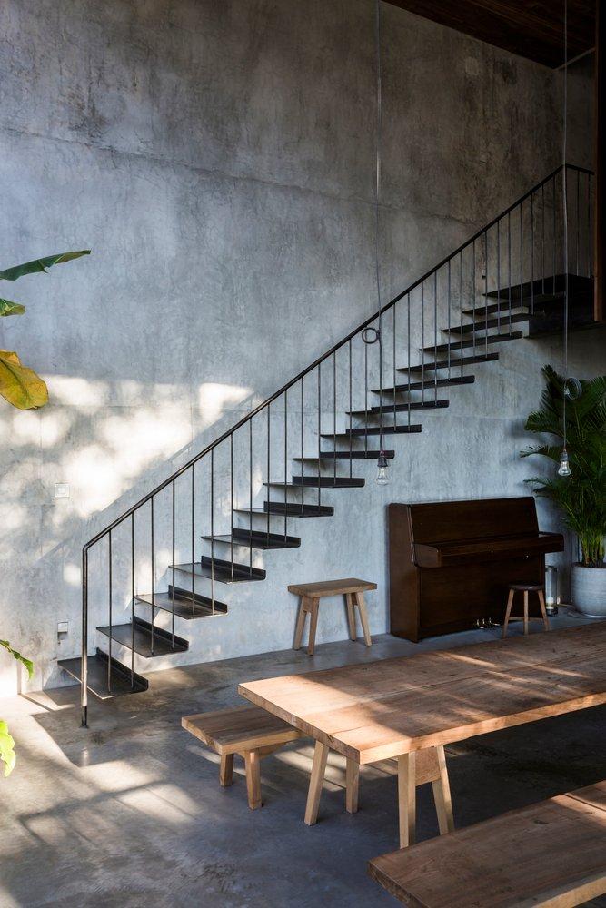 Dọc theo cầu thang thép là khối gạch ốp tường vân bê tông