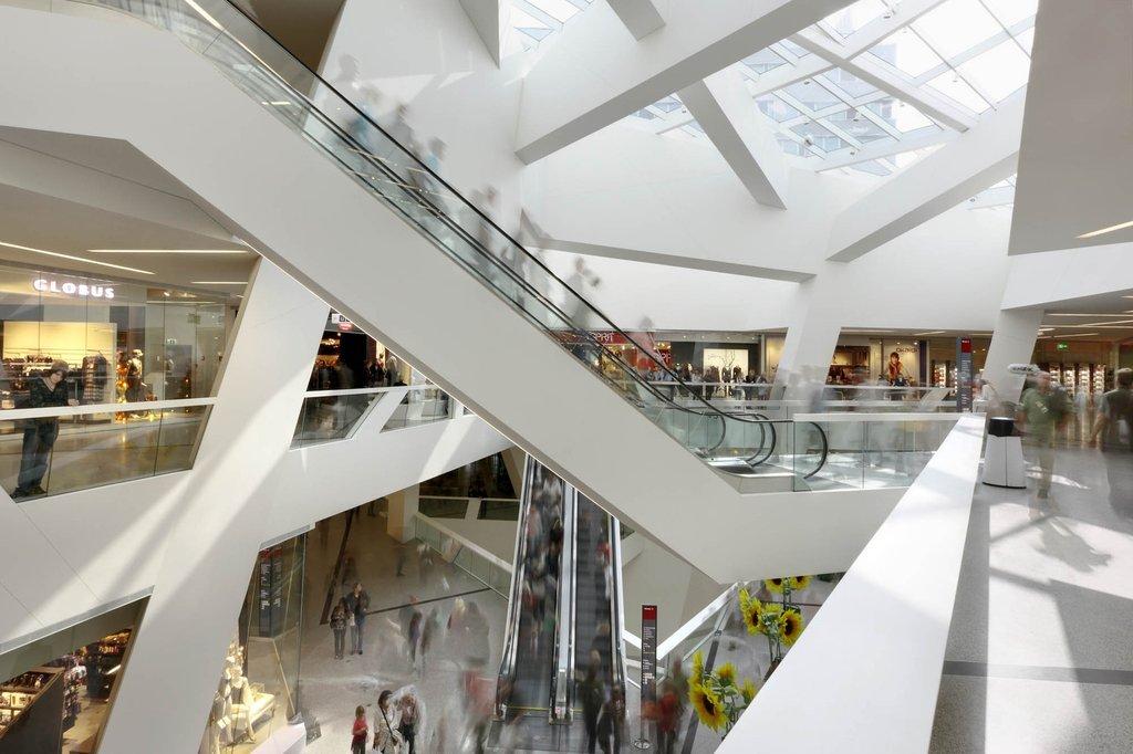 Trung tâm thương mại được chia làm hai khu vực quảng trường với chức năng hỗ trợ nhau