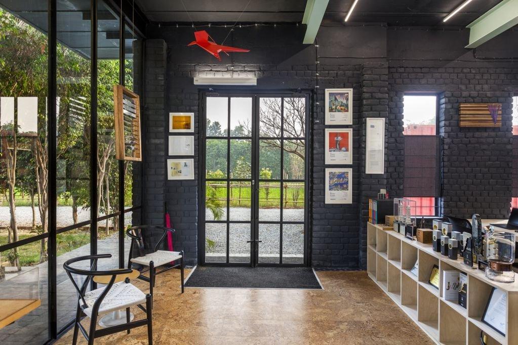 Bức tường màu đen được sử dụng cho không gian trong nhà