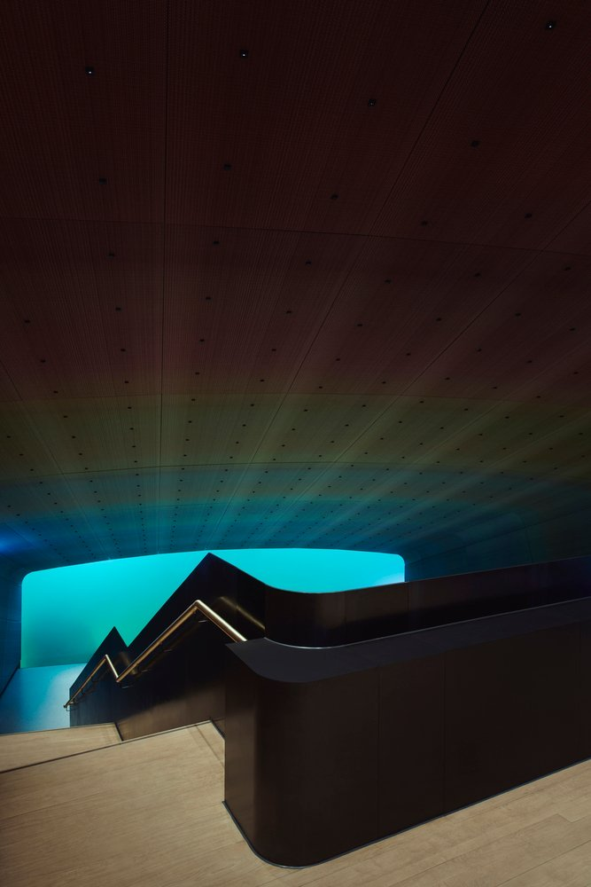 trần nhà chuyển đổi từ màu huyền bí thành màu hồng hoàng hôn, san hô mãnh liệt và cuối cùng kết thúc tại điểm xanh mơ hồ