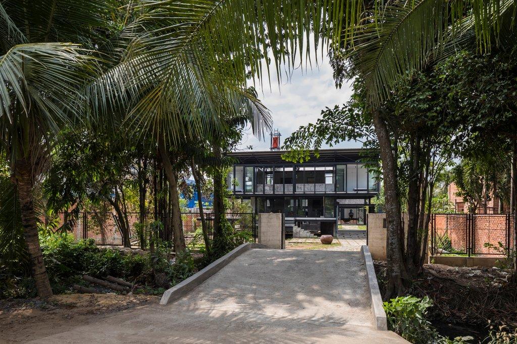 Ngôi nhà rợp bóng bởi một con kênh nối với sông Sài Gòn