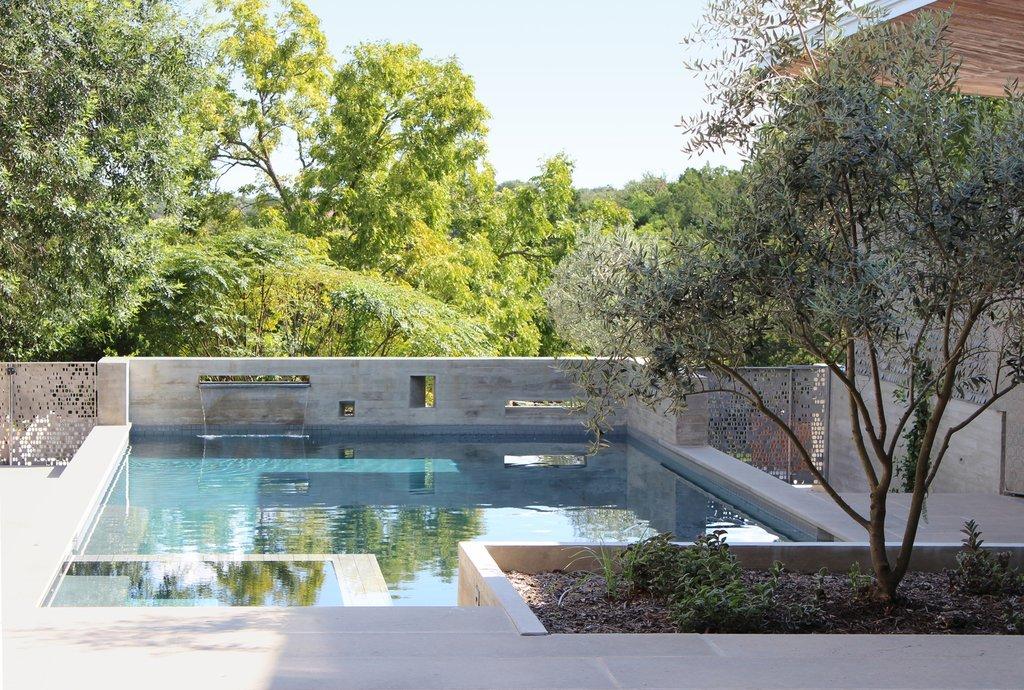 Ngôi nhà được thiết lập xung quanh một sân hồ bơi trung tâm