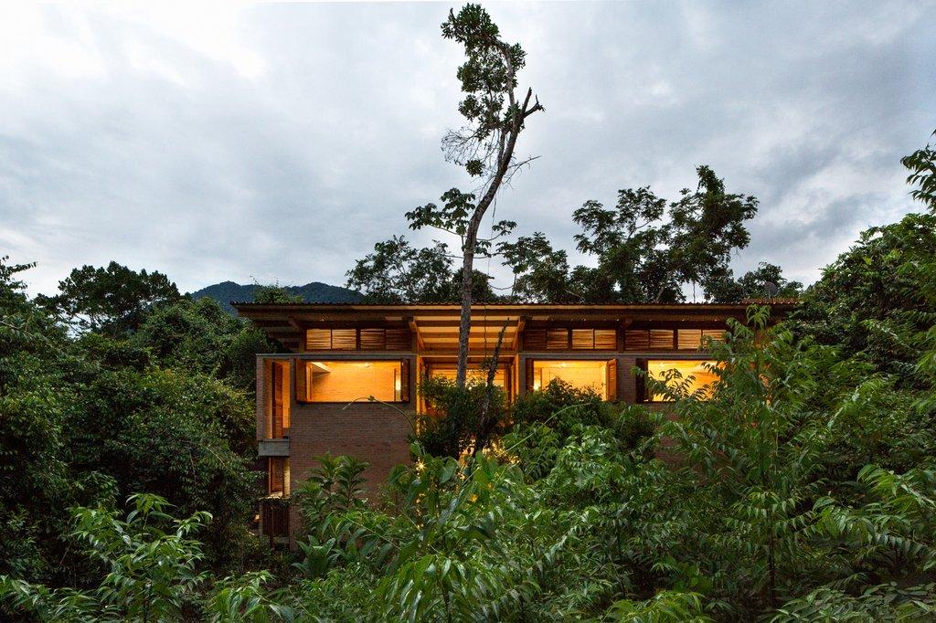 Vị trí dự án nằm giữa rừng cây Đại Tây Dương dày đặc của bờ biển Sao Paulo