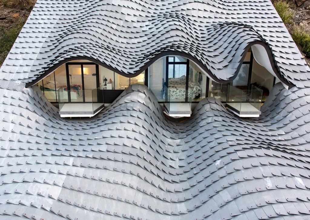 Nét đẹp tạo nên nghệ thuật kiến trúc là hình dạng mái kim loại tạo ra sự mơ hồ
