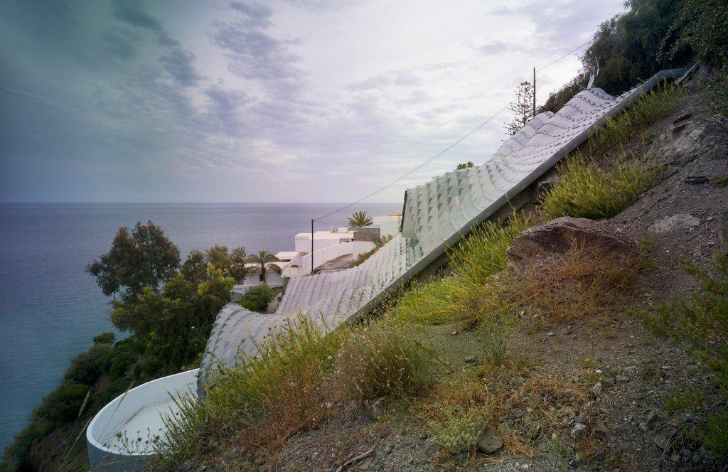 Dự án được chọn một mảnh đất khó khăn trên một ngọn đồi với độ nghiêng 42 độ