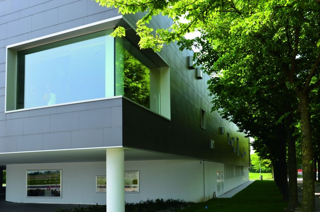 Kiến trúc nổi bật với những cột thép màu trắng