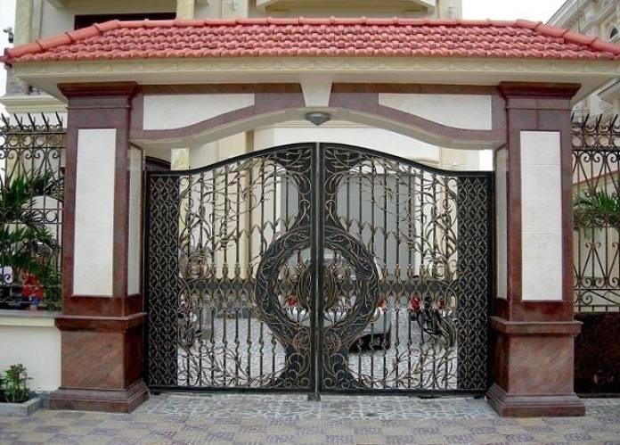 Họa tiết và màu sắc của mẫu gạch ốp trụ cổng đồng đều với thiết kế bên trong cũng như tổng thể kiến trúc của ngôi nhà