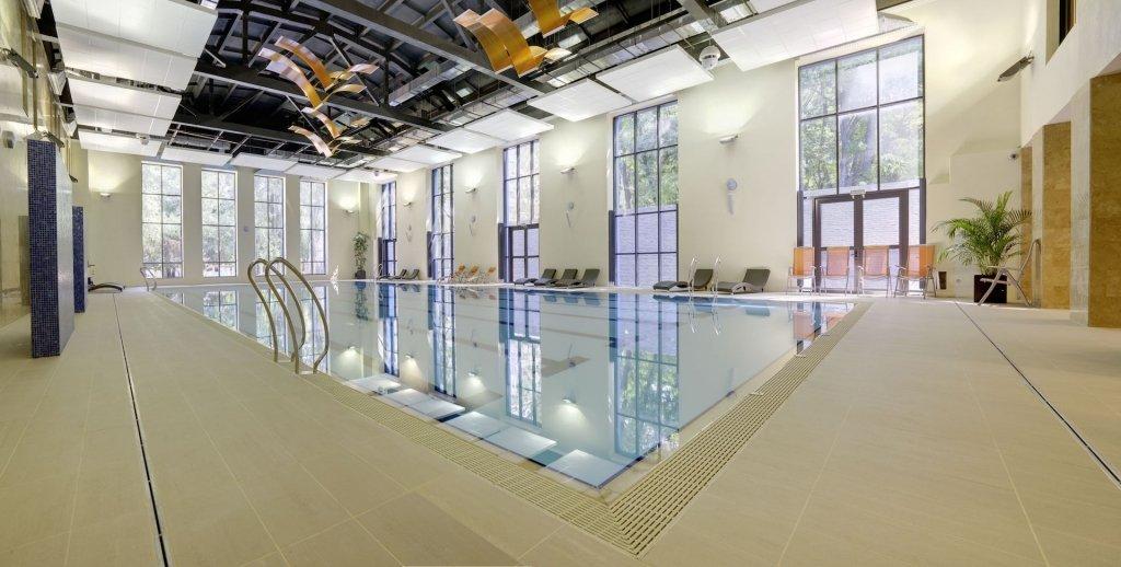Bể bơi trong nhà với gạch ốp lát cao cấp