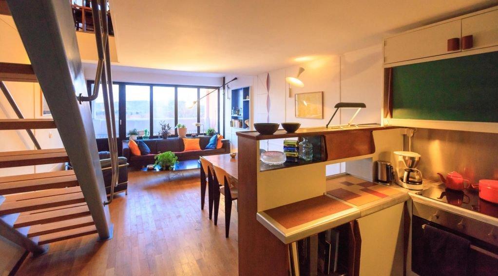 Bếp và không gian phòng khách được thiết kế liên thông