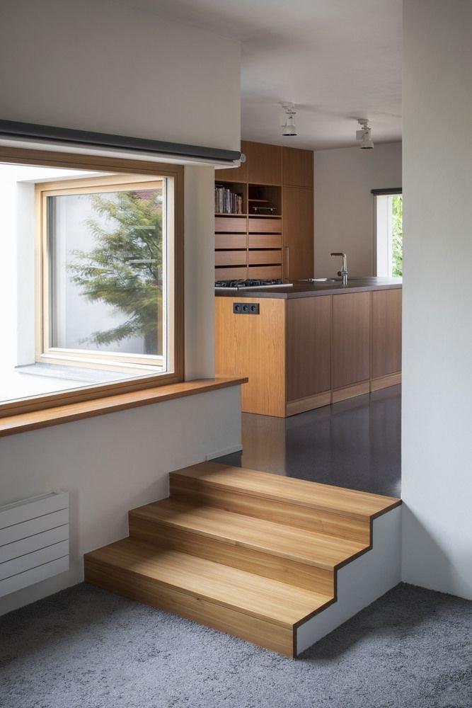 Cầu thang bằng gỗ nối liền không gian phòng bếp và phòng khách