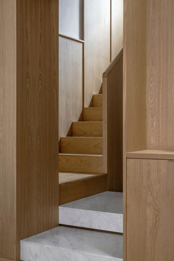 Cầu thang cũng được thiết kế bằng gỗ tự nhiên