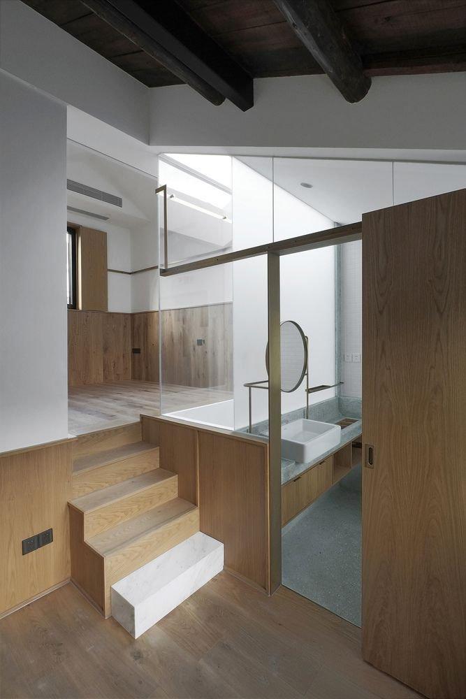 Cầu thang dẫn lên tầng lửng