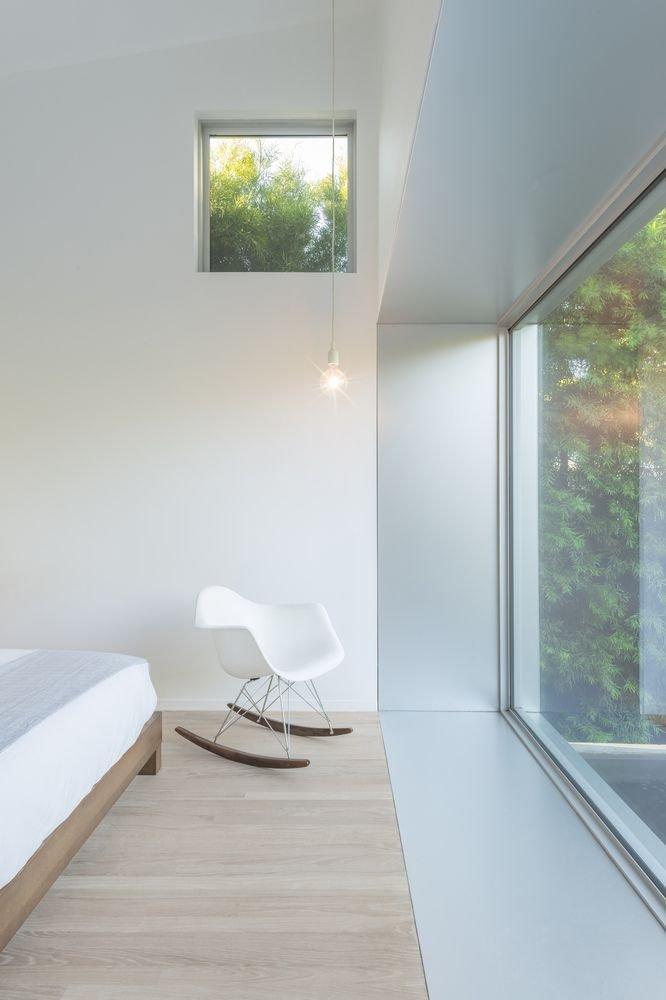 Cửa sổ bằng kính thiết kế bên trong phòng ngủ
