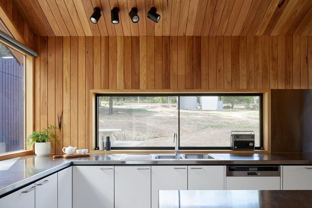 Cửa sổ tủ bếp nhìn ra không gian bên ngoài
