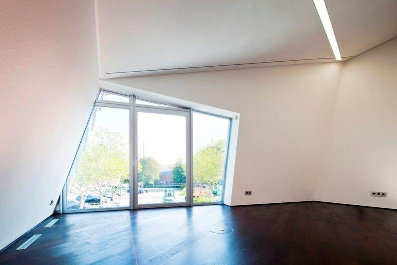 Cửa sổ từ sàn đến mái cung cấp nhiều ánh sáng tự nhiên