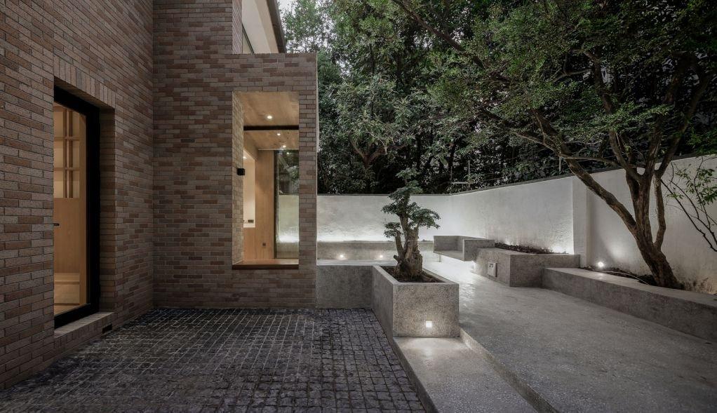 Thiết kế ngôi nhà với khoảng sân nhỏ trước nhà