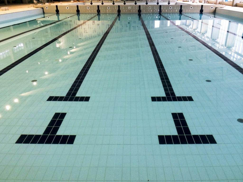Gạch gốm sứ gặp nước trong dự án bể bơi của Cuneo