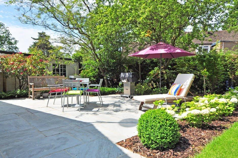 Chọn gạch lát nền cho sân vườn bền và không gây trơn trượt