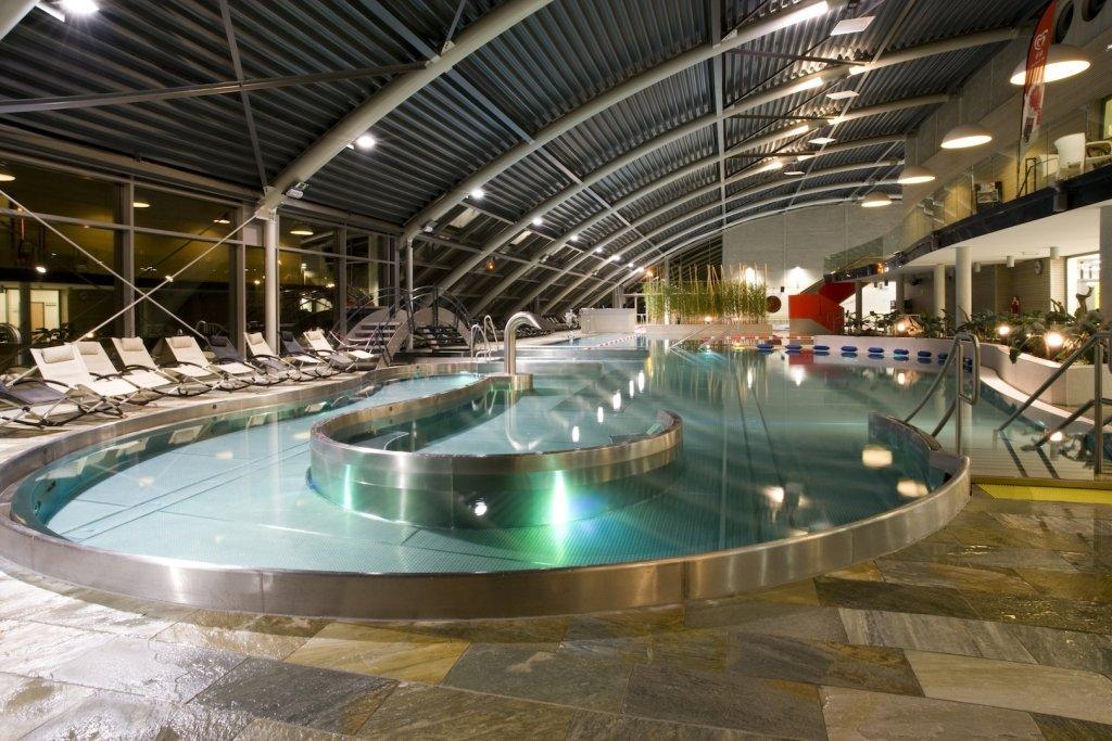 Gạch ốp lát được sử dụng cho bể bơi