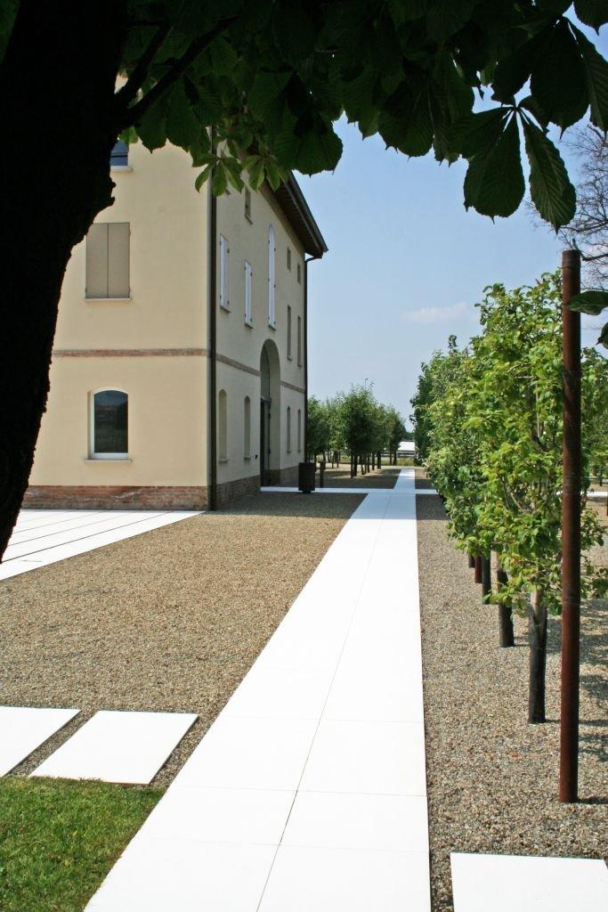 Gạch ốp lát được sử dụng cho sân vườn