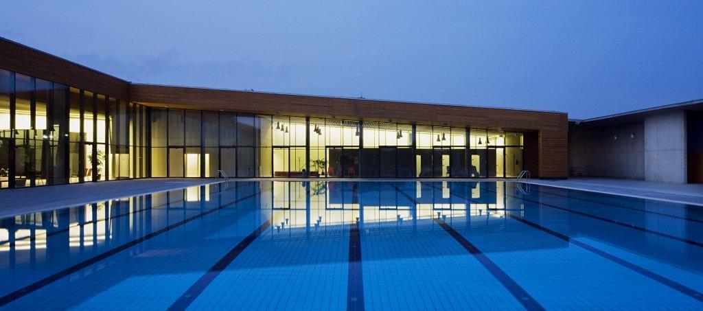 Gạch ốp lát chống thấm sử dụng cho đáy bể bơi