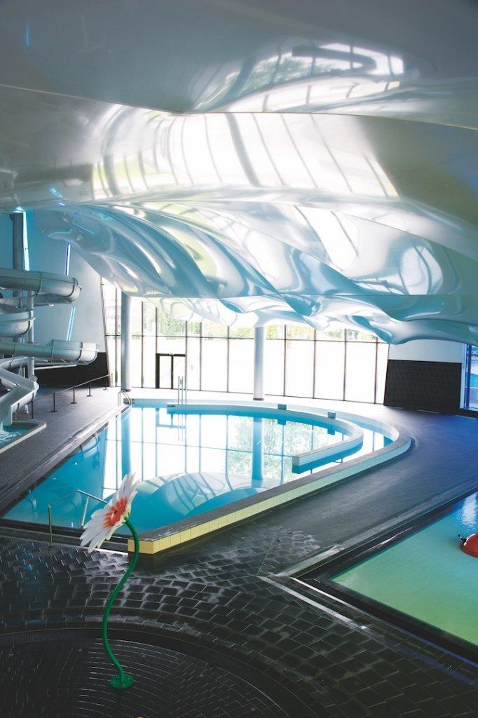 Gạch trang trí cho bể bơi trong nhà