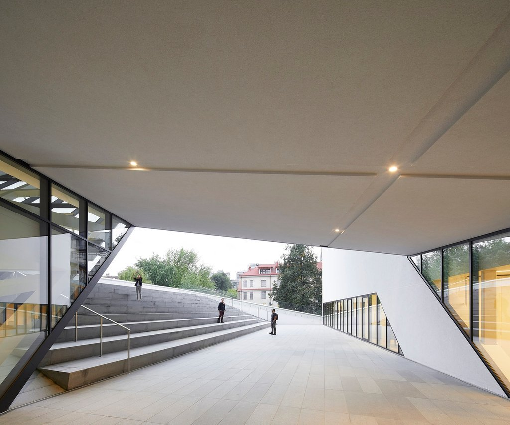 Du khách có thể đi ngang qua lối vào bằng kính hai tầng để tiến vào bên trong