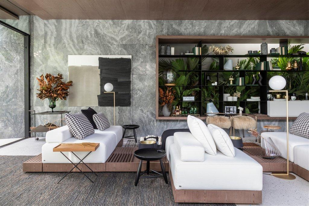 Gạch ốp tường cho các mảng tường nội thất được lấy ý tưởng từ bề mặt thác đá tự nhiên