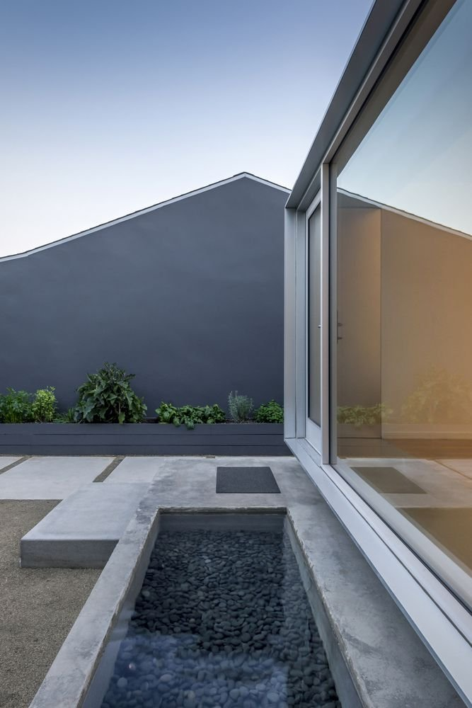 Hồ nước nhỏ thiết kế bên cạnh cửa sổ kính