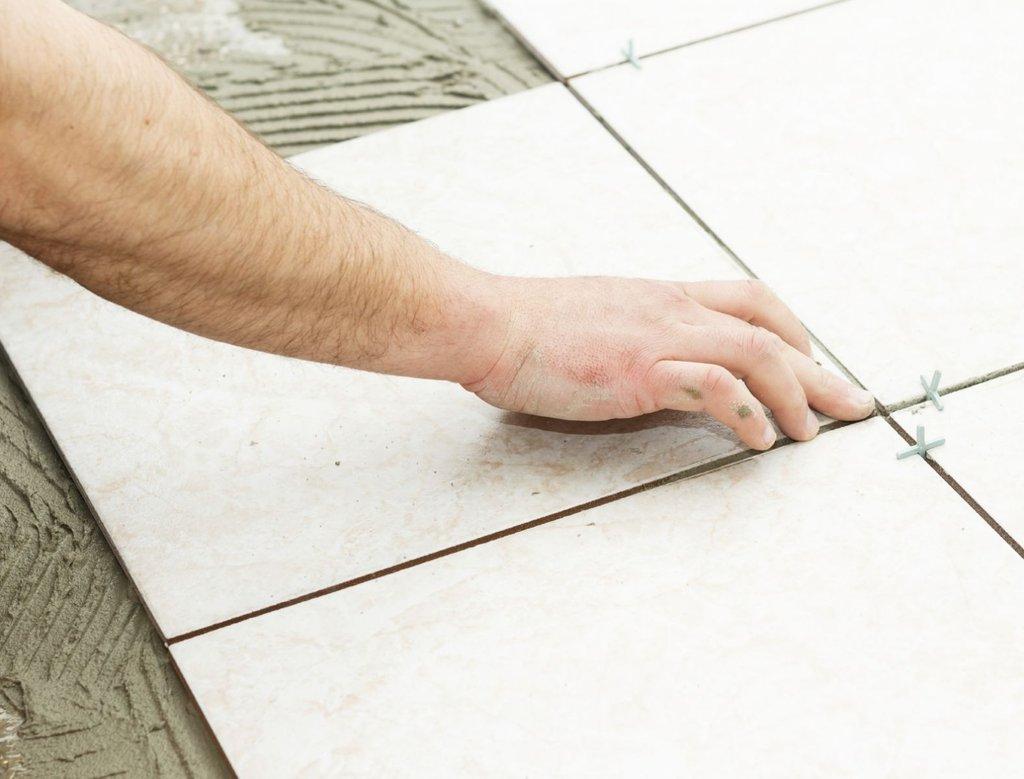 Hướng dẫn dán gạch ốp tường bằng keo nhanh và đúng kĩ thuật