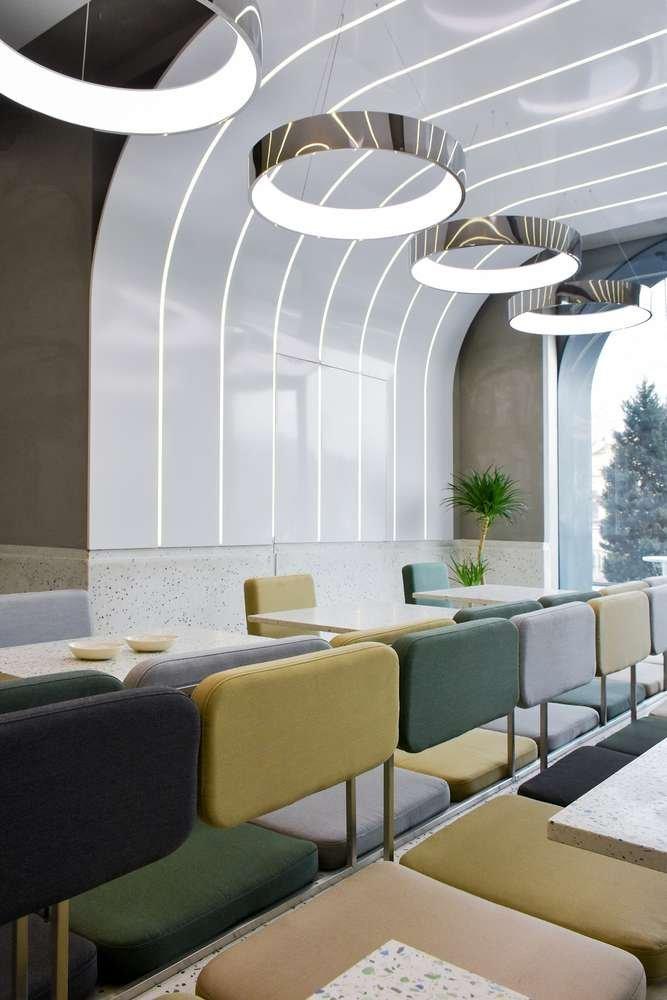 Dải kim loại tròn màu trắng ngăn cách bởi đèn led là đặc trưng của dự án