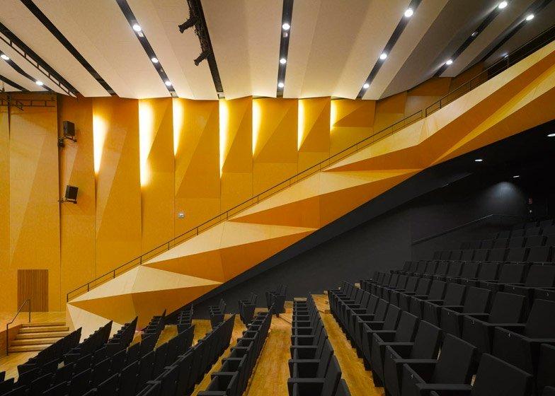 Khán phòng được trang bị ghế Tangram màu vàng cam rực rỡ