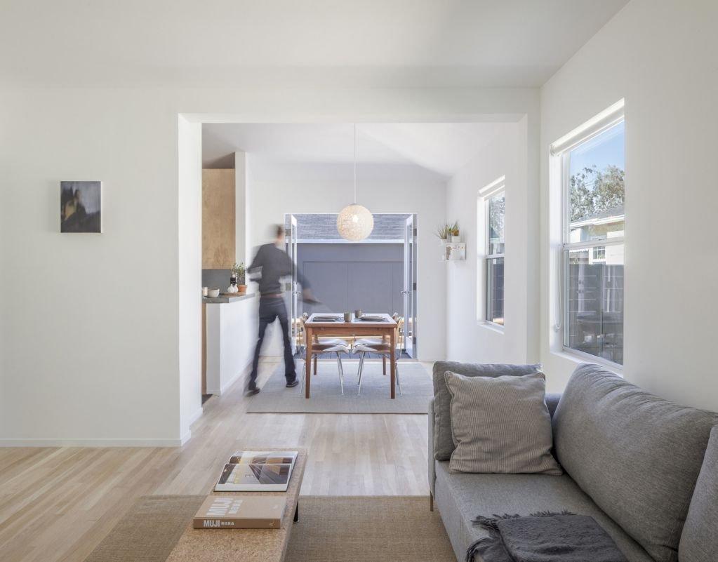 Không gian sử dụng màu trắng và hiệu ứng gỗ tự nhiên