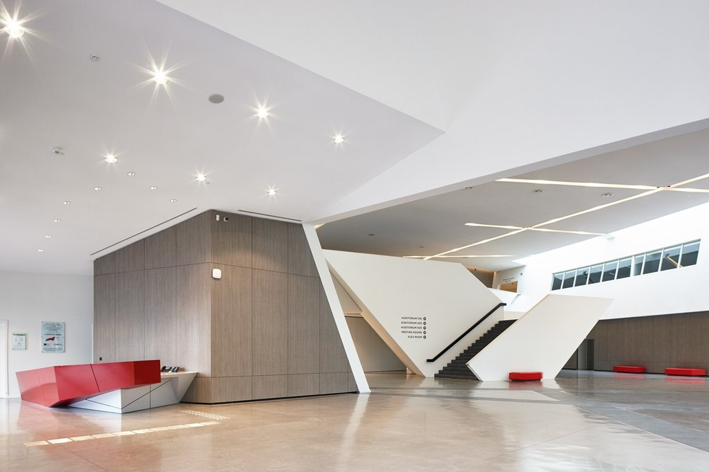 một sảnh hành lang rộng với trần cao gấp đôi được trang trí với không gian sang trọng