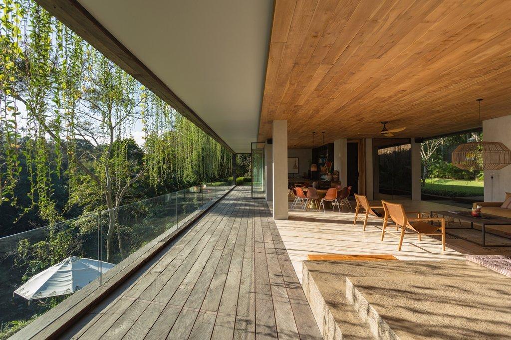 Các mái nhà được ngụy trang với lớp cỏ xanh kết hợp với hiệu ứng làm mát cho các không gian bên dưới
