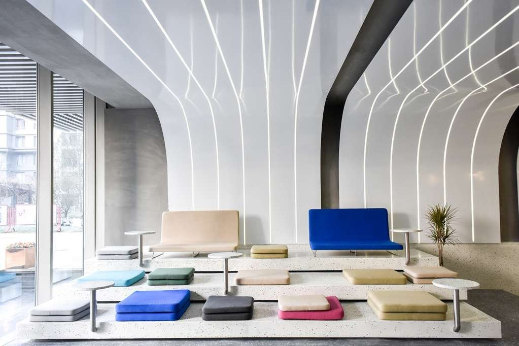 Mỗi khu vực được nhấn mạnh bởi ghế ngồi màu sắc sinh động