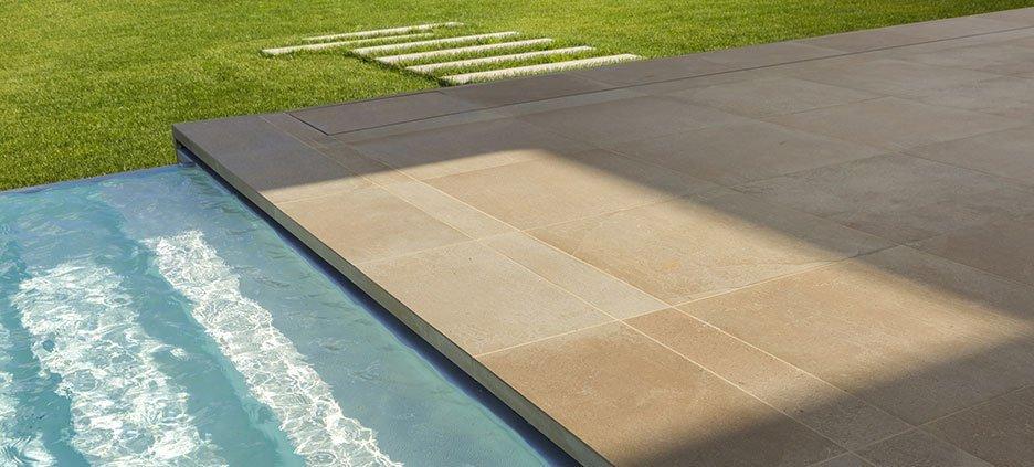 Đối với gạch kháng nước sẽ giúp công trình của bạn nhanh khô và an toàn hơn khi đi lại
