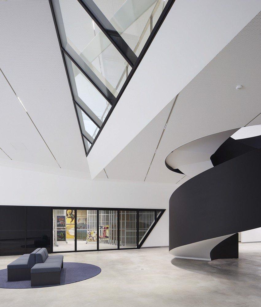 4một cầu thang xoắn vòng bắt mắt tại trung tâm được thiết kế với lối kiến trúc đầy sáng tạo (2)