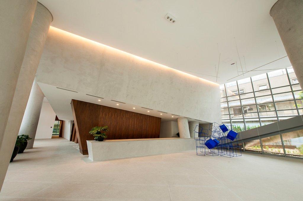 Sự kết hợp giữa bê tông và gam màu gỗ trầm ấm bao phủ khắp tòa nhà