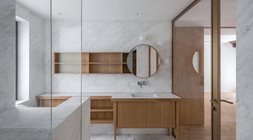 Thiết kế bên trong với gạch vân đá và gỗ tự nhiên