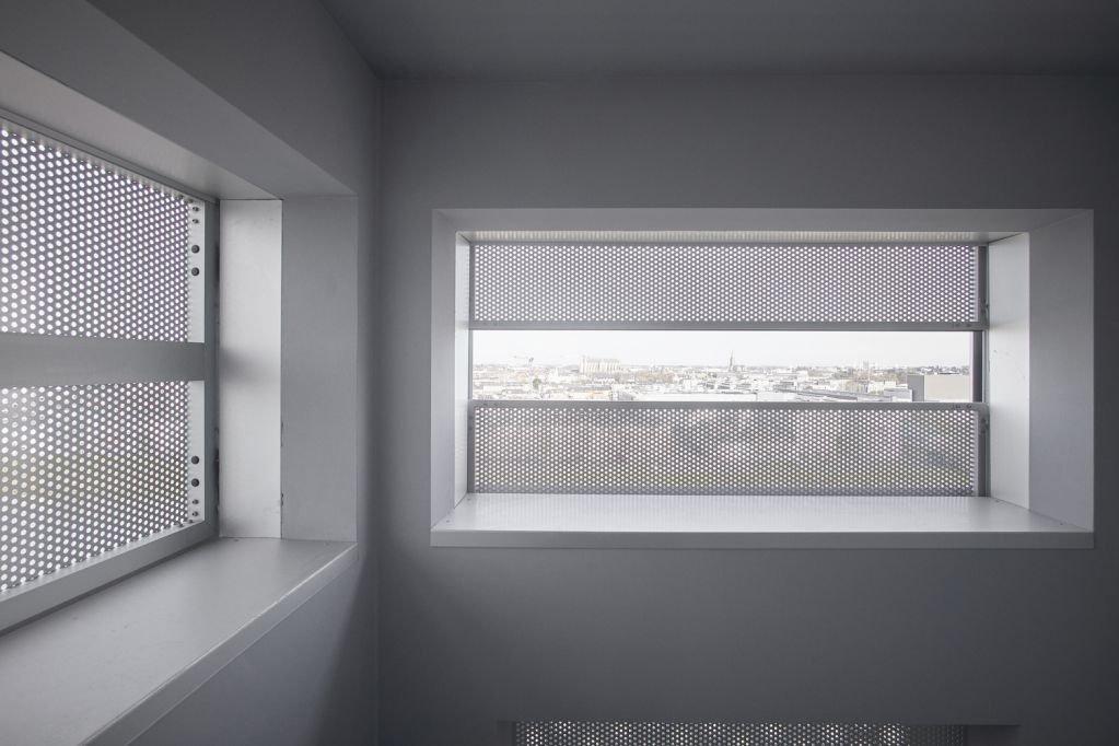 Cửa sổ được thiết kế hai lớp tạo ra sự tinh tế cho tòa nhà