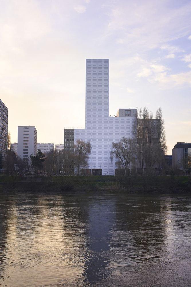 Tòa tháp có một view hướng ra sông
