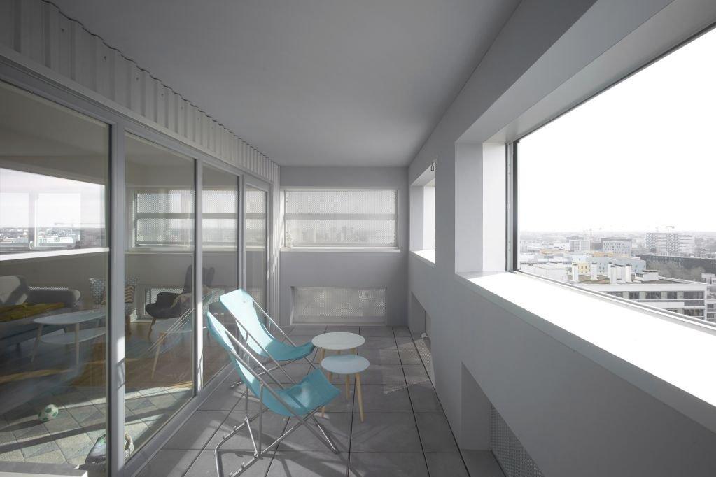 Tòa tháp có view nhìn ra thành phố trong căn hộ