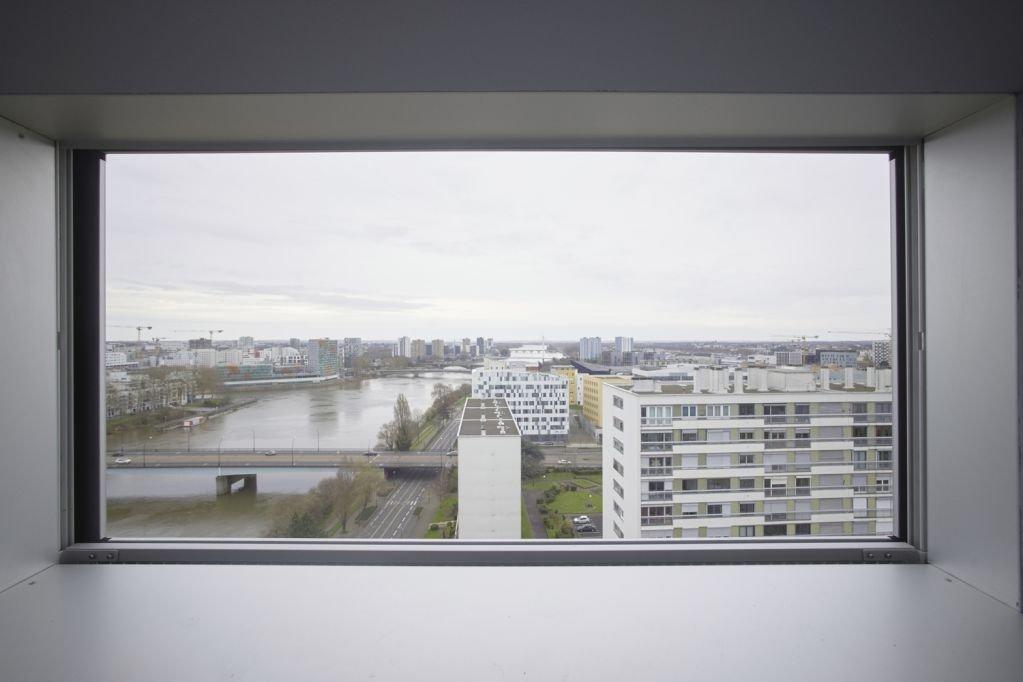 Thiết kế cửa sổ hành lang nhìn ra thành phố